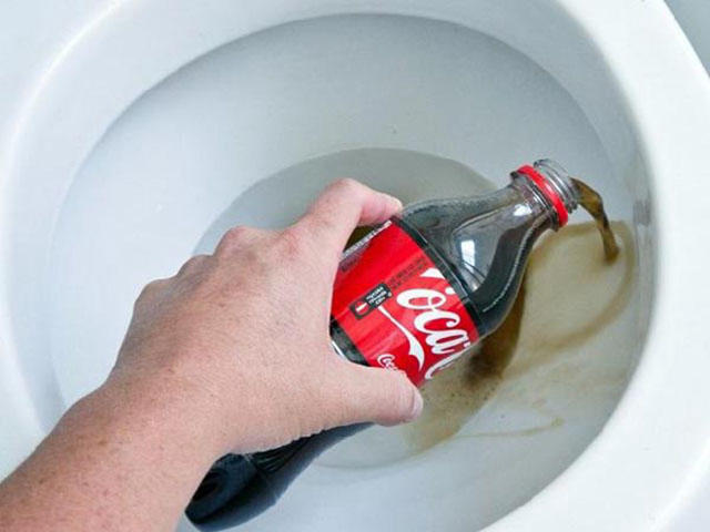 Tẩy bồn cầu bằng coca cola