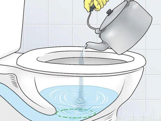 Tẩy bồn cầu bằng nước sôi